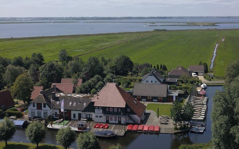 Friese groepsaccommodatie aan Sneekermeer