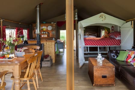 Lapwing-Beautiful safari tent in a tranquil meadow