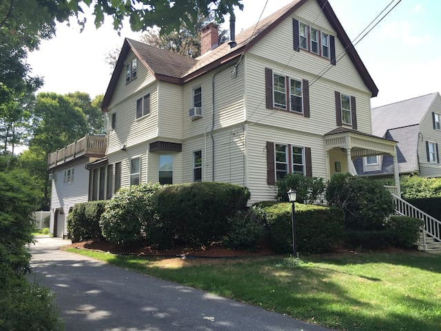 The Spacious & Cozy Gem of Downtown Andover! - Andover - Huoneisto