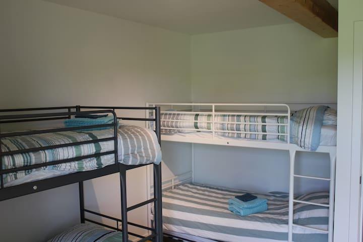 Slaapkamer 3 bevat 2 stapelbedden en een ruime kledingkast. Onder de stapelbedden bevinden zich nog onderbedjes (met lattenbodem) die eventueel bijkomend kunnen ingezet worden voor de jongste bezoekers (op aanvraag).