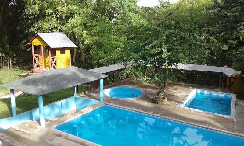 Villitas típicas con piscinas.
