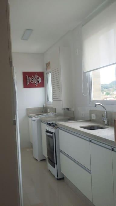 Cozinha totalmente equipada com eletrodomésticos e utensílios novos.