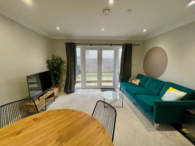Stylish Modern One Bedroom Apartment with Garden