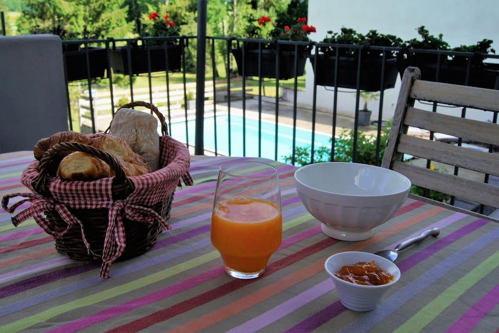 Si le temps le permet, petit déjeuner servi à l'extérieur.