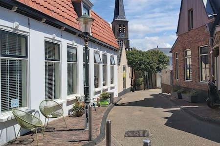 Romantisch huisje in centrum Zandvoort 50m van zee