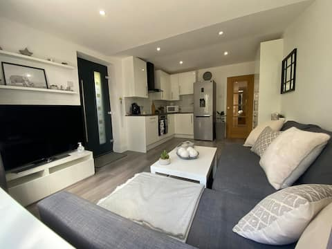 Self-contained new 1-bed annexe, private road