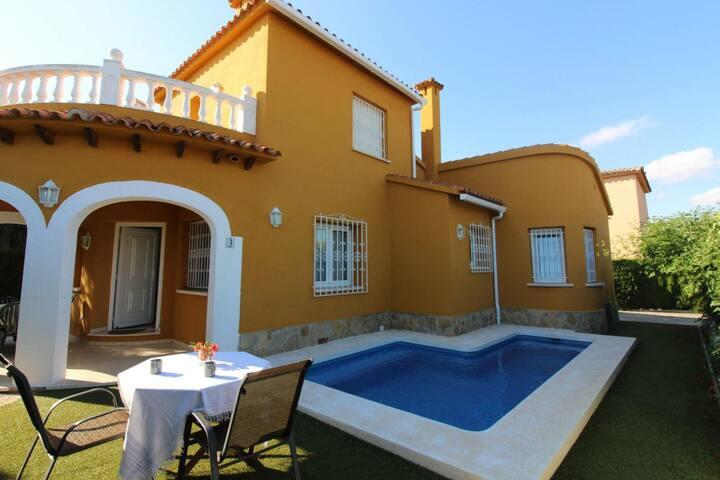 """Villa """"Ribera"""" con piscina y jardín."""