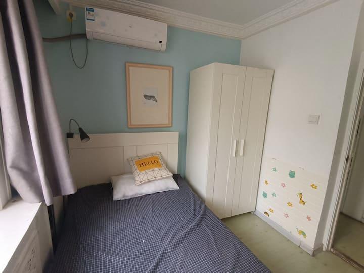 劲松华威北里17号楼三居室小卧室出租