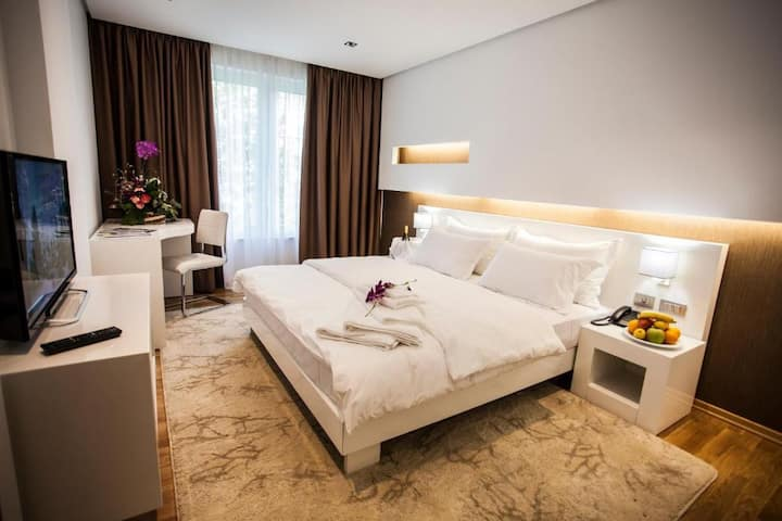 Luxury Hotel Room in Peaceful Neighborhood