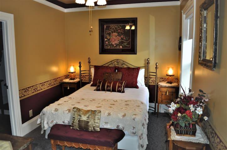 Gold Room at the Heber Senator Bed & Breakfast