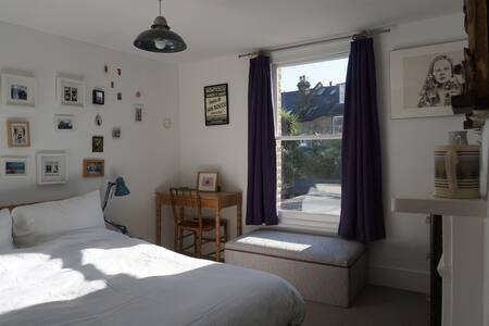 Brixton double room with character and light