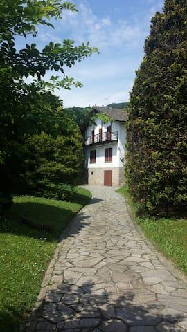 Prestigiosa villa con giardino - Lesa - Villa