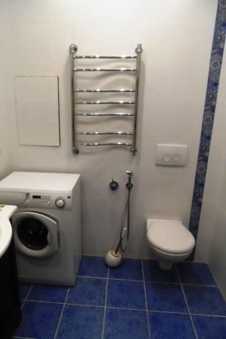 Просторная ванная комната: стиральная машинка, туалет, полотенцесушитель, гигиенический душ
