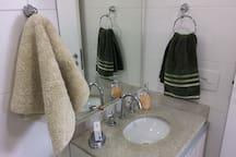 Tapete banho e toalhas de rosto limpos. Sabão liquido e sabonete de qualidade.