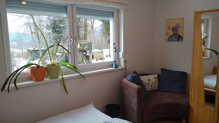 Freundliches  Zimmer, ideal bei Anreise mit Auto.