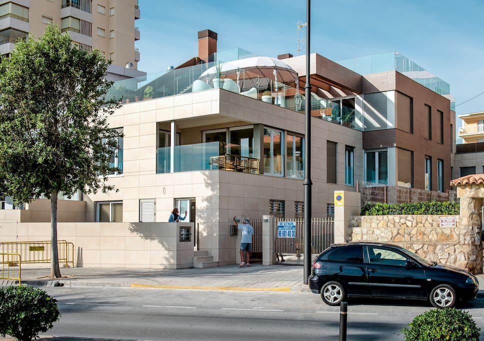 Main Façade of the building. Fachada principal del edificio.