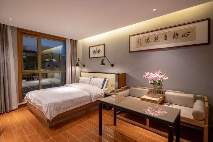 2号香格里拉雅乐轩五星级标准高端公寓,舒适大床房,温馨会客室,居家式厨房,个性化卫浴,欢迎您的入住。