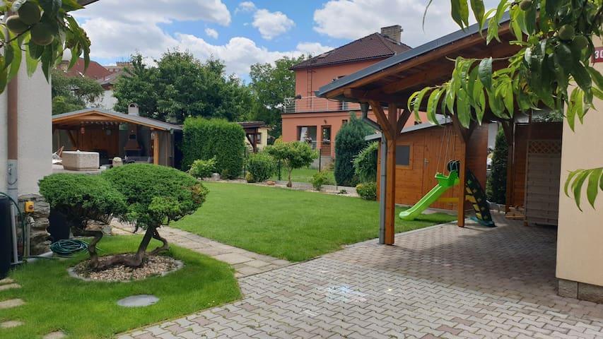 Klidné ubytování - cely dům + zahrada