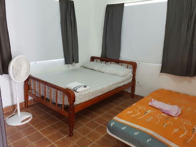 tercer cuarto con abanico y cortinas