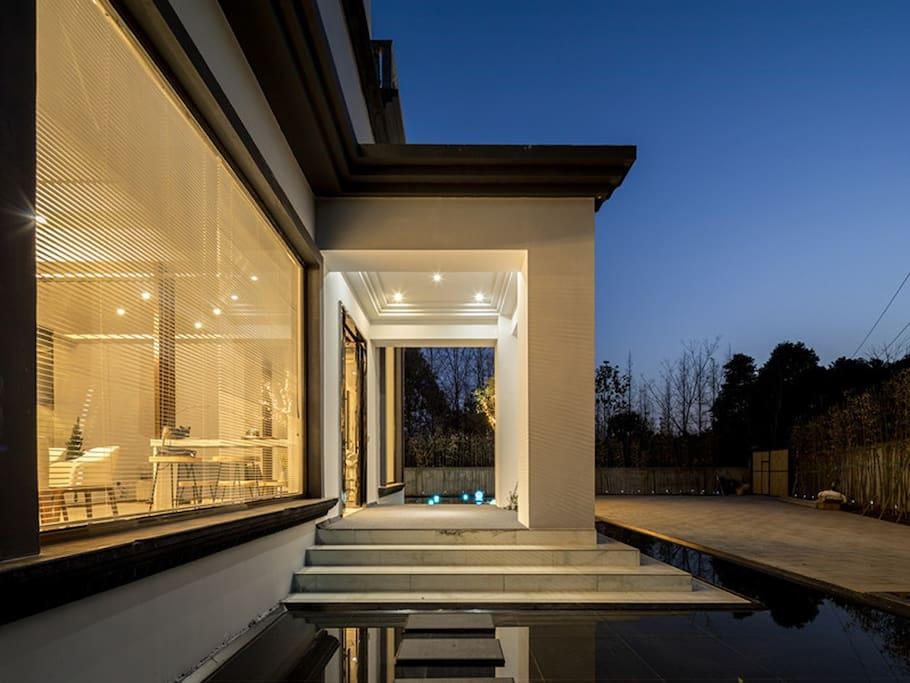 """无边框浅水池""""水镜""""包围建筑,这里是拍摄倒影的最佳选择。全私密庭院,前院可停7辆车"""