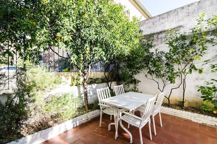 Comodo alloggio con giardino privato e garage