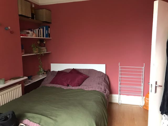 Lovely bedroom in Crouch End with private garden