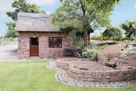 The Hayloft - Thatched, Self contained cottage - Thurstaston