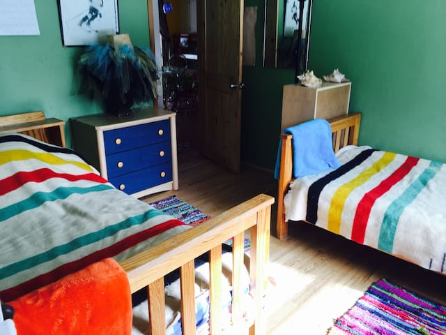 Cheerful, Affordable room w 2 beds! - Durango - Casa