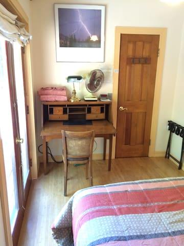 Cozy Room W/ Private Entrance, Bath, Parking + A/C