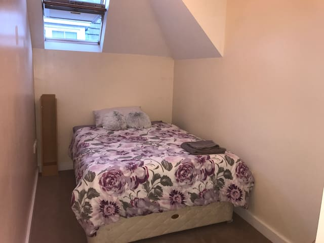 Dbl bedroom with bathroom close to beach and town