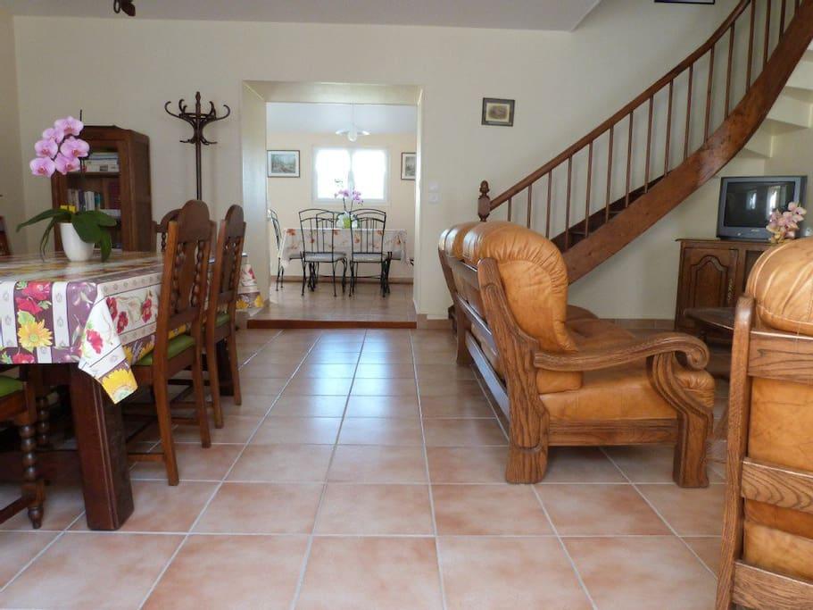 Entrée, salle à manger et salon