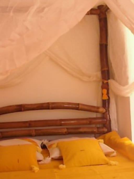 Lit à baldaquins en bambou des îles.