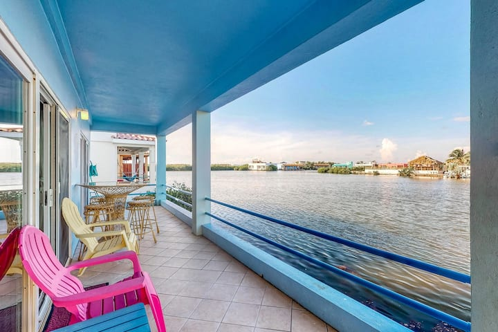 Lagoon view villa with a balcony, shared pool, WiFi & AC - walk to the beach!