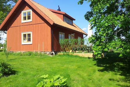 Renovated 1600s cottage in a beautiful courtyard - Västerhaninge - Haus