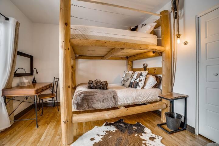 Chambre 1 avec lit double superposé avec porte patio donnant sur le balcon. Vue du lac et du Mont-Tremblant