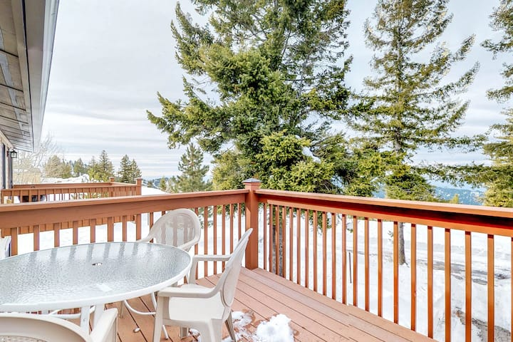Cozy ski-in/ski-out mountainside condo w/ shared hot tub & community amenities!