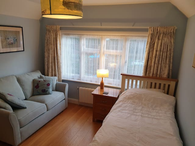 Clean friendly one bedroom with en suite RG1