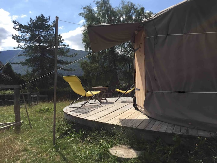 Petite yourte à la ferme en Savoie