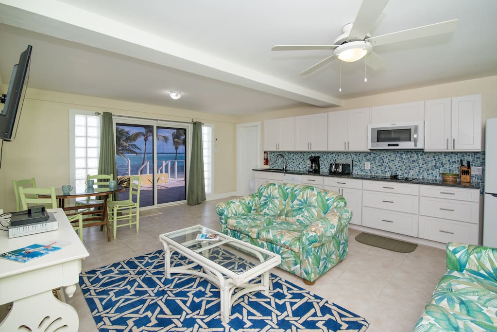 Spacious living / dining / kitchen area