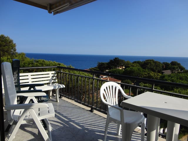APARTMENT WITH SEA VIEW, SHARED POOL AND GARDEN, PARKING