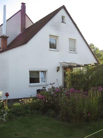 Zimmer in den Siedlungen Süd gute Cityanbindung - Nürnberg - House
