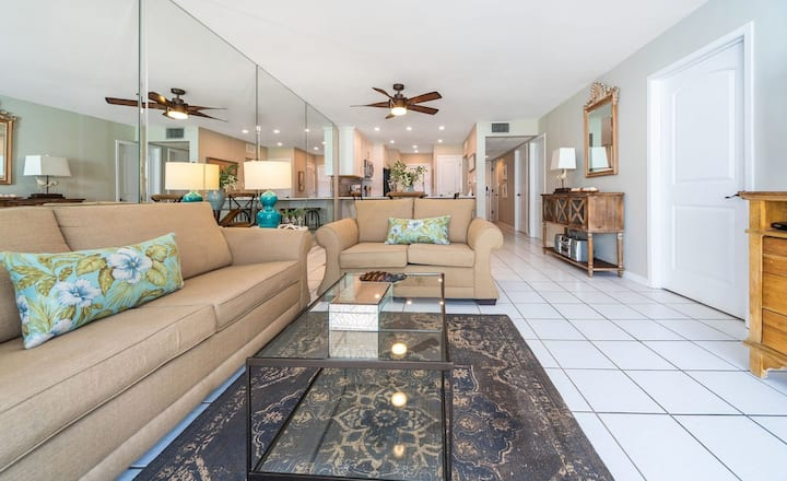 New Listing! Relax @the beach, private balcony, private beach access, free parking.