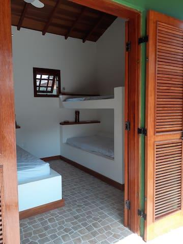 Esta é a suíte número 1. Com espaço para 4 pessoas.  - 1 cama de casal alvenaria - 1 cama beliche alvenaria - 1 banheiro  Temos cesto para roupa suja, aromatizador de ambiente, inseticida de tomada e em spray. Estes itens estão em todas as suítes.