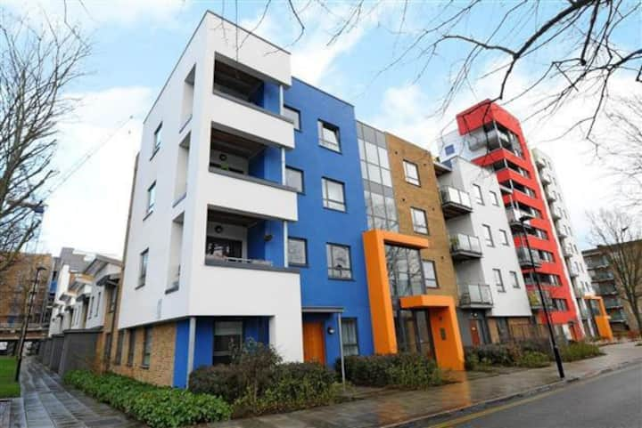 Spacious double in modern flat close to Chiswick