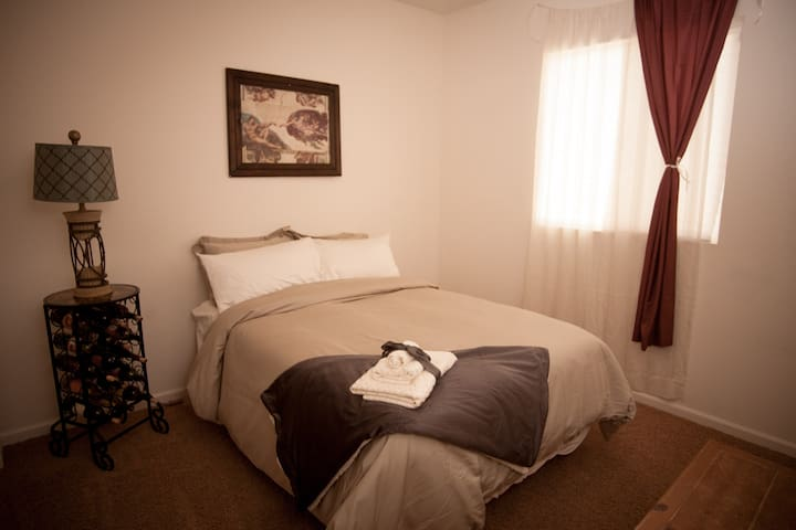 Michael Angelo Suite-Free Red Wine w/Stay - Bakersfield - Huis