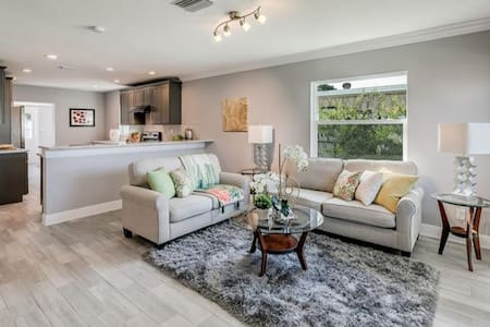 Remodeled Modern Tampa Home Sleeps 8