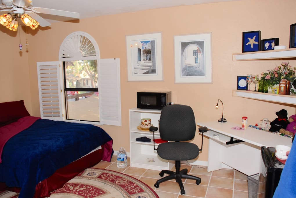 Large spacious secluded room at a lakefront house ...