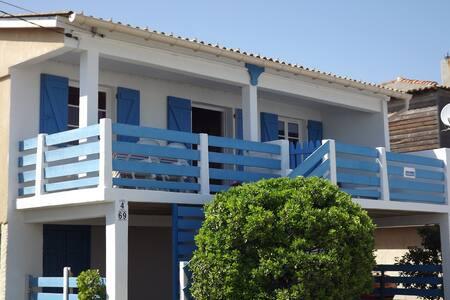 Chalet typique et plein de charme, plage à 150m - Dağ Evi