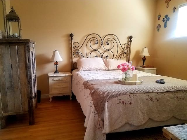 French Farm Country - cozy, private, rustic suite