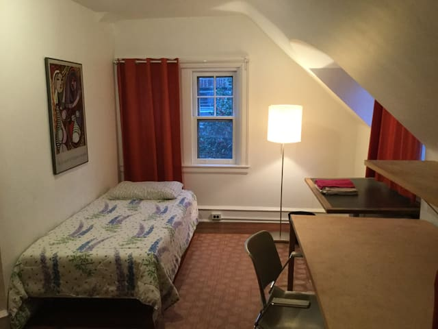 Close to UPenn -- Peaceful Room in University City